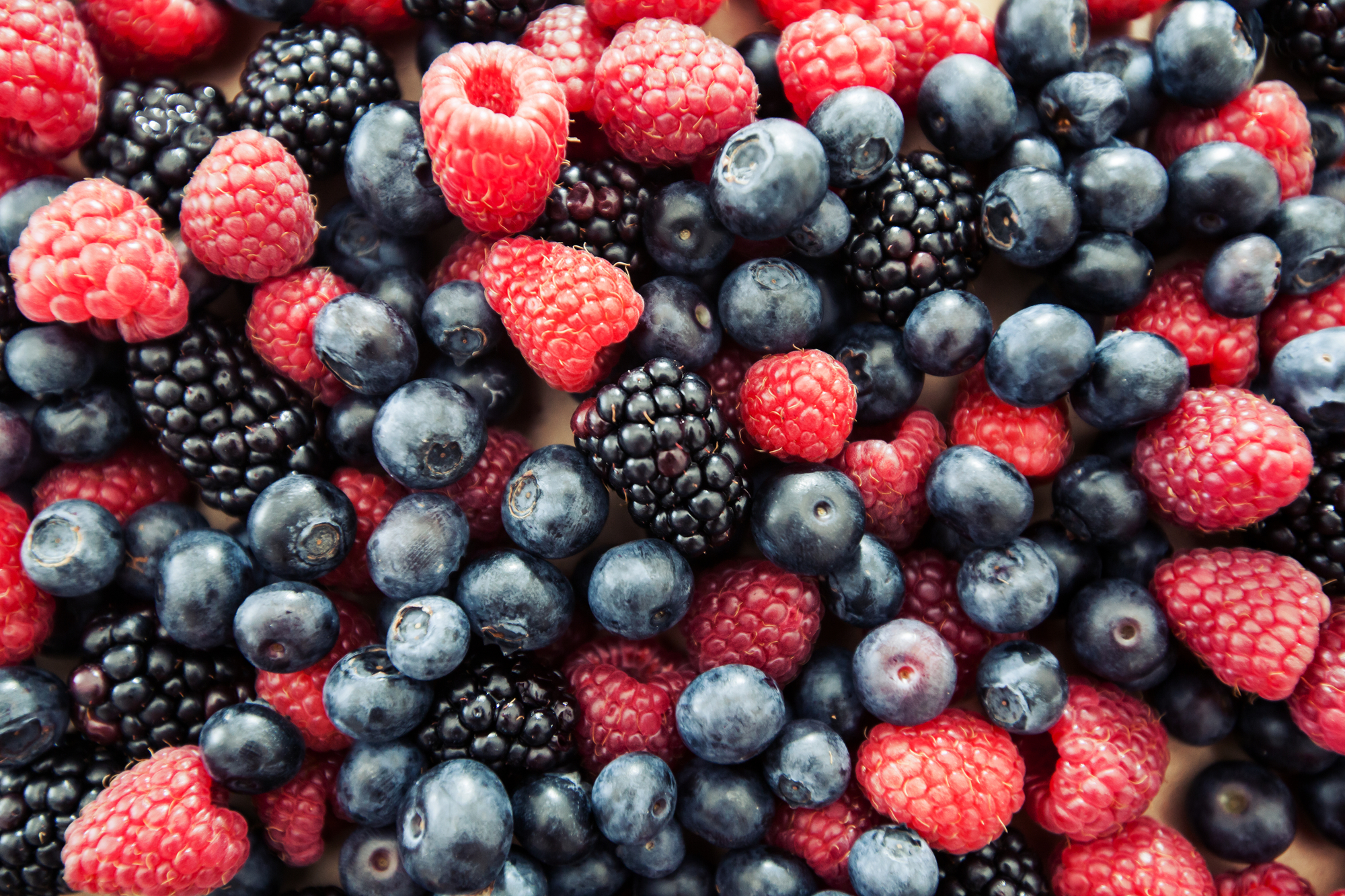 fresh antioxidant food raspberry blueberry blackberry